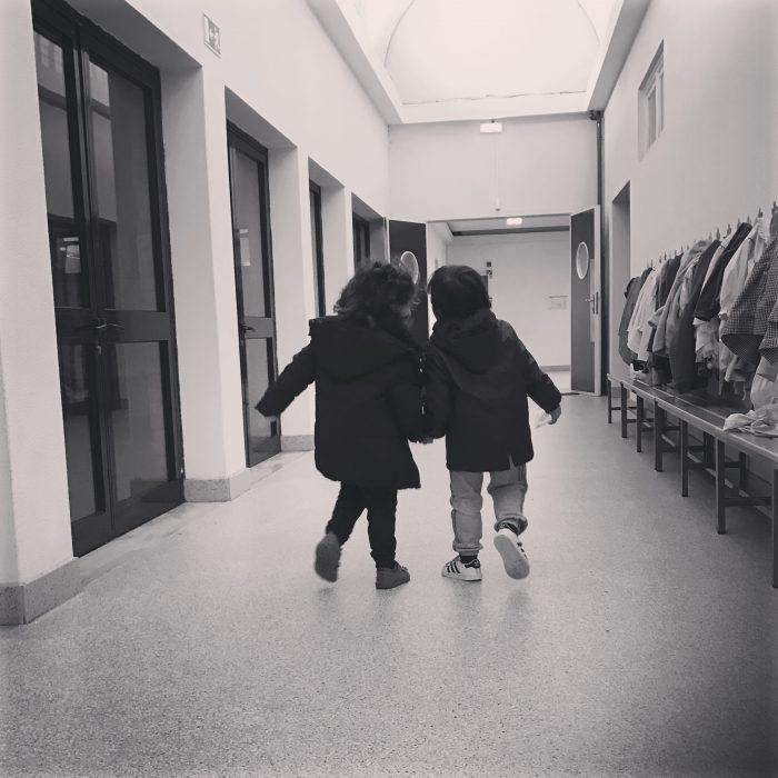 Criancas de maos dadas na escola Foto