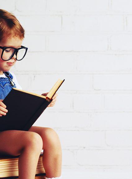 Com que idade é que a criança começa a aprender a ler e escrever?