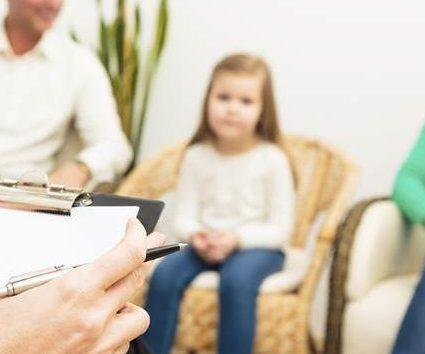 Quando a criança/adolescente vai à terapia… os pais também vão?